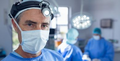 ¿Cuánto gana un cirujano en Estados Unidos?
