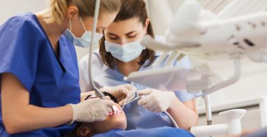 ¿Cuánto gana un asistente dental en Estados Unidos?